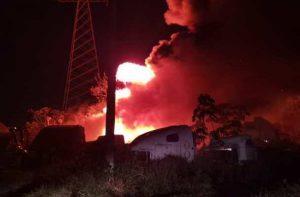 Hombres incendiaron corralón de grúas en Rosarito